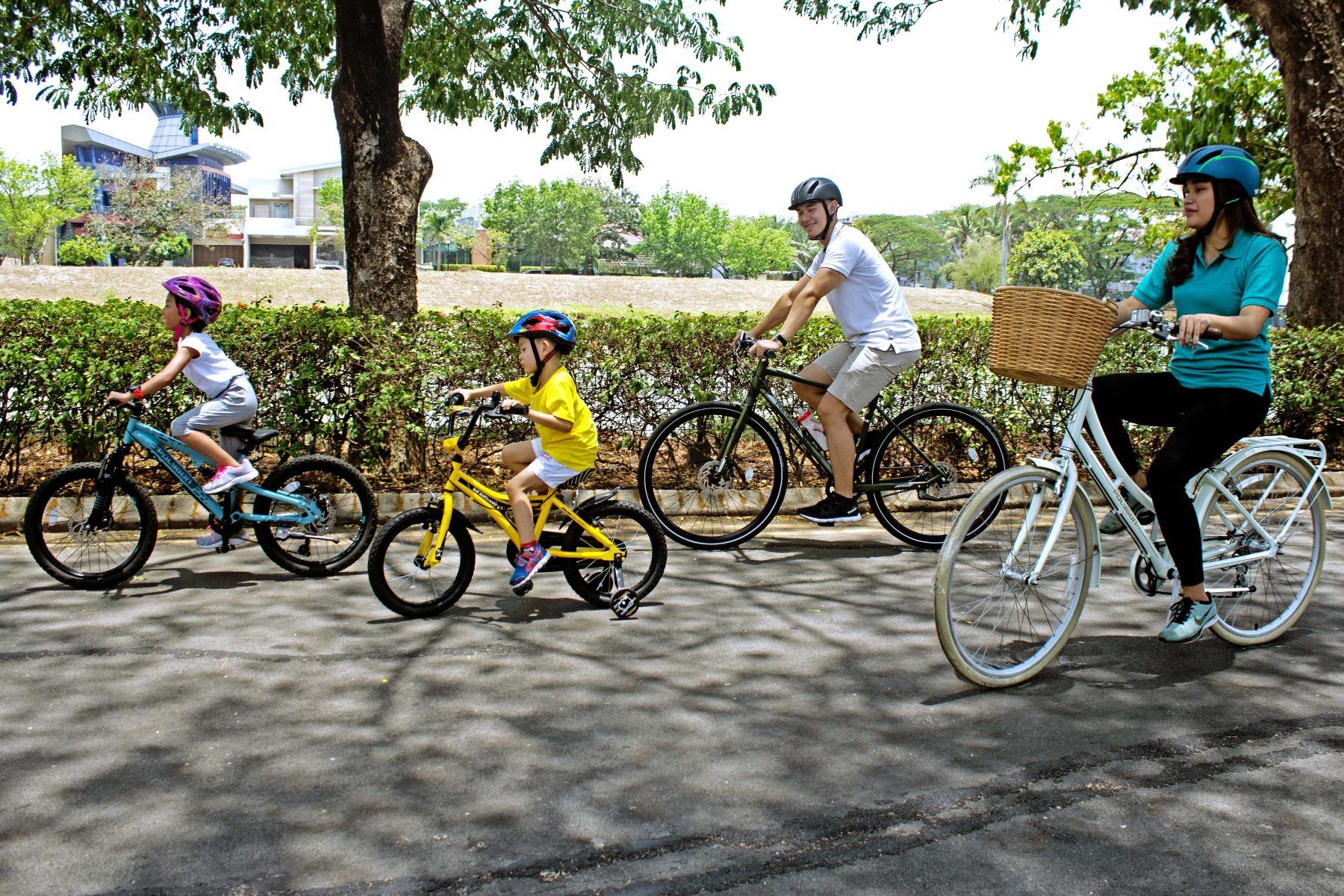 Bersepeda bersama keluarga